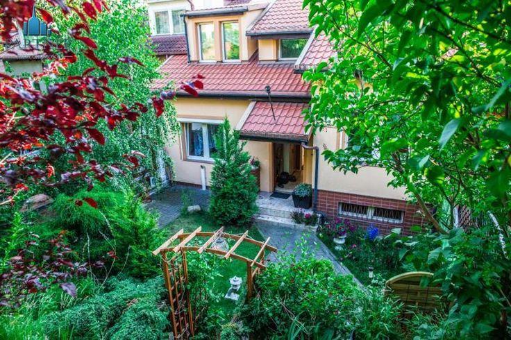 Dom szeregowy: 247 m2, ocieplony, położony w spokojnej dzielnicy Gdyni Szereg środkowy z ogródkiem z przodu i ogrodem tarasowym z tyłu domu i przepiękną panoramą .