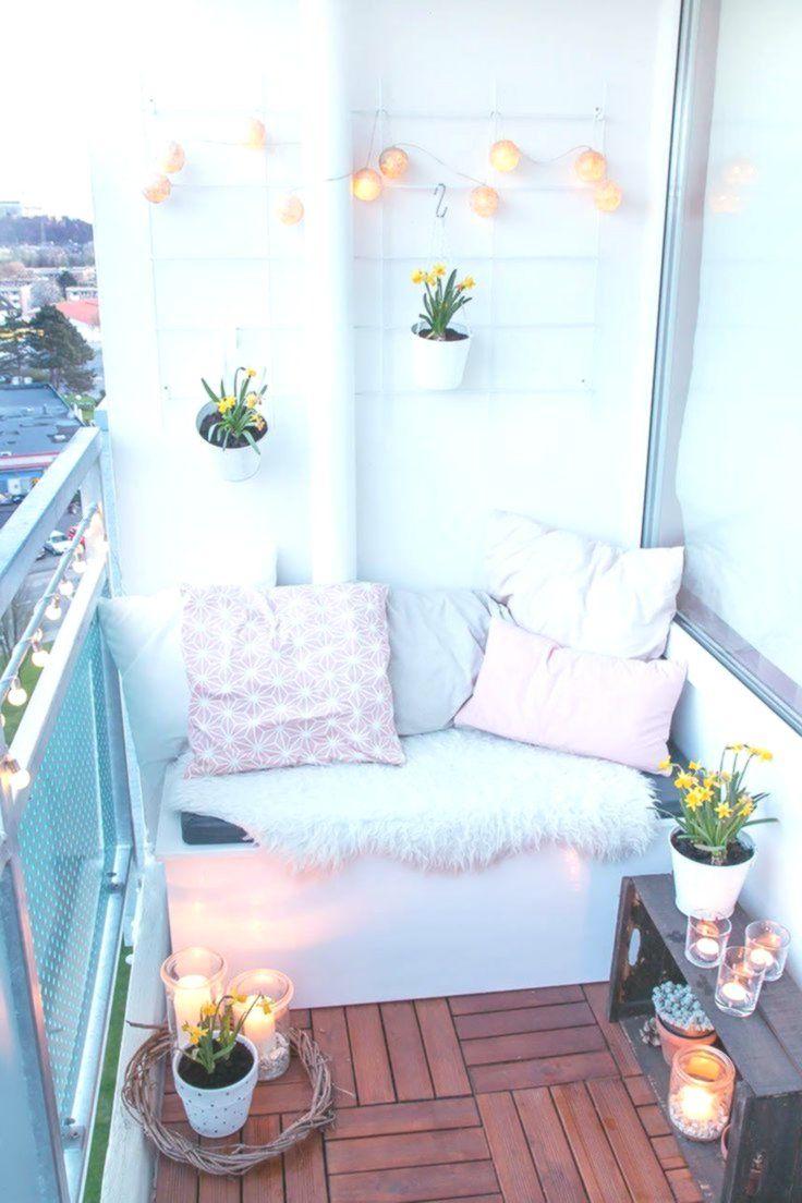 Luci Fai Da Te primavera sul balcone con fiori primaverili e luci del vento