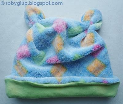 Cuffia da bimba in morbidissima felpa con orecchie (con guanti e sciarpa coordinati) - Girl bonnet in soft fleece with ears (with matching mittens and scarf)