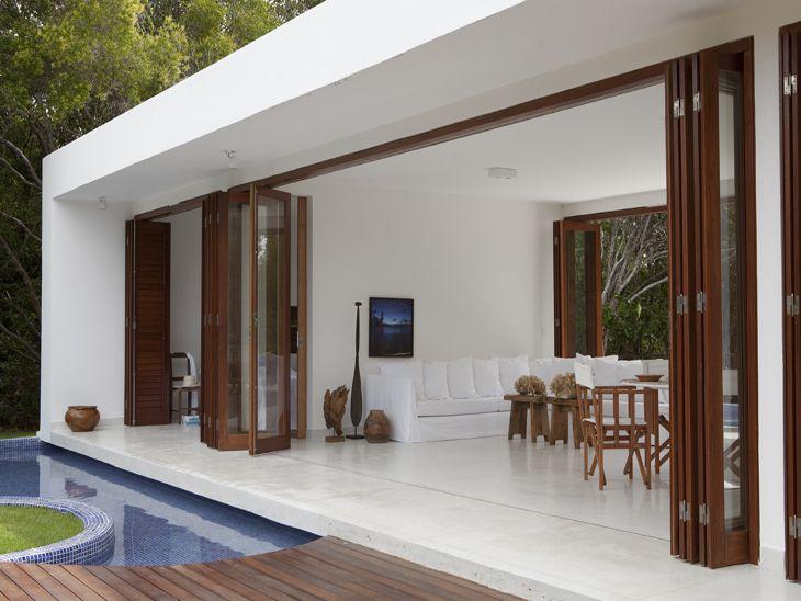 Na fachada, dividindo ambientes ou mesmo na saída para o jardim: uma porta camarão tem estilo e praticidade para incrementar a sua decoração.