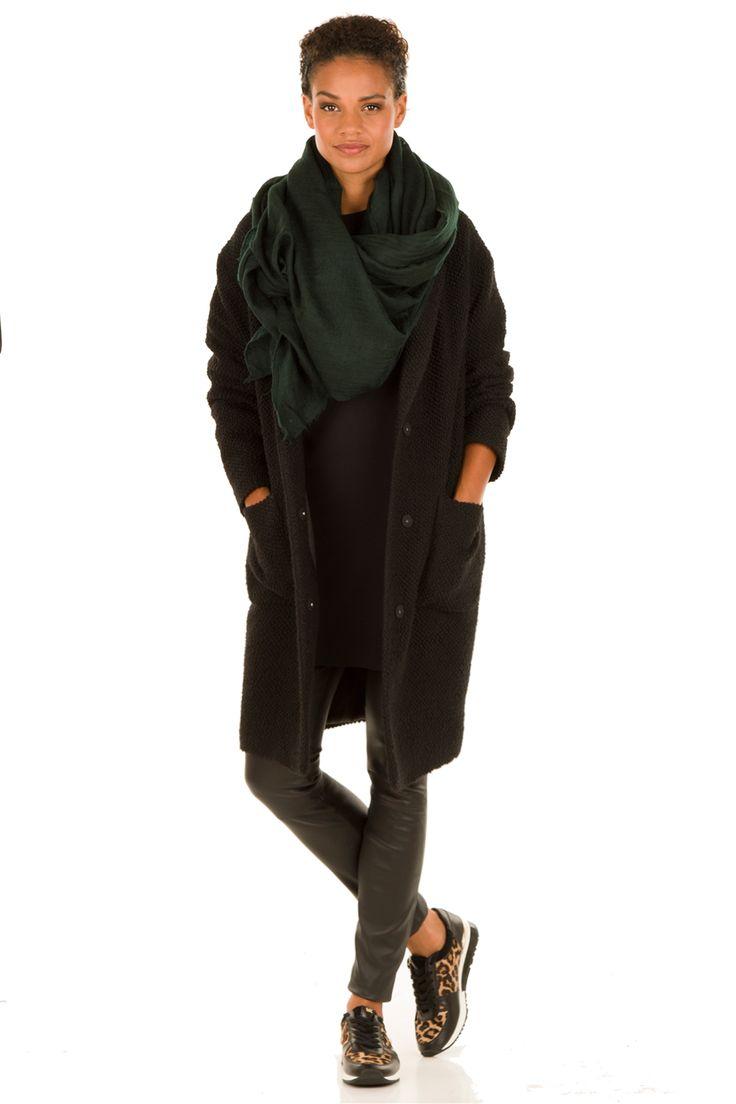 Zwarte Jurk, broek, sneakers en shawl
