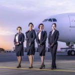 Delta Air Lines a présenté mardi les nouveaux uniformes que porteront plus de 60.000 employés à partir de 2018.