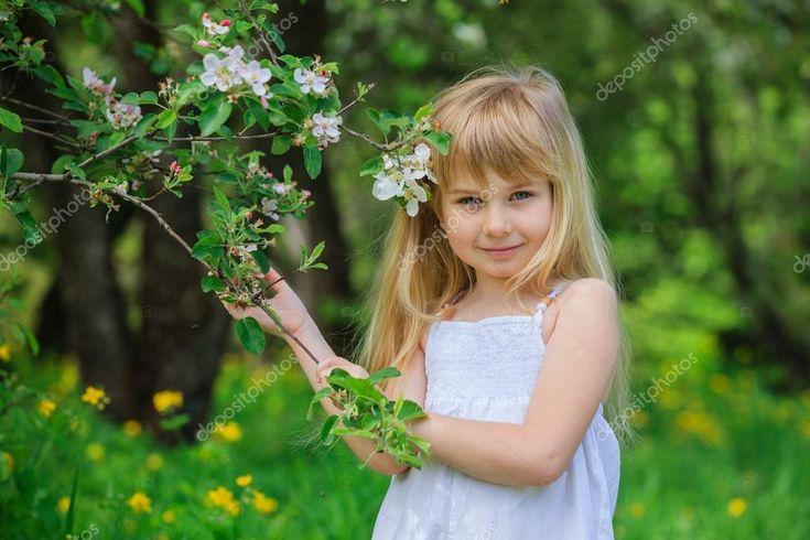 Download - Girl in blooming apple tree garden — Stock Image