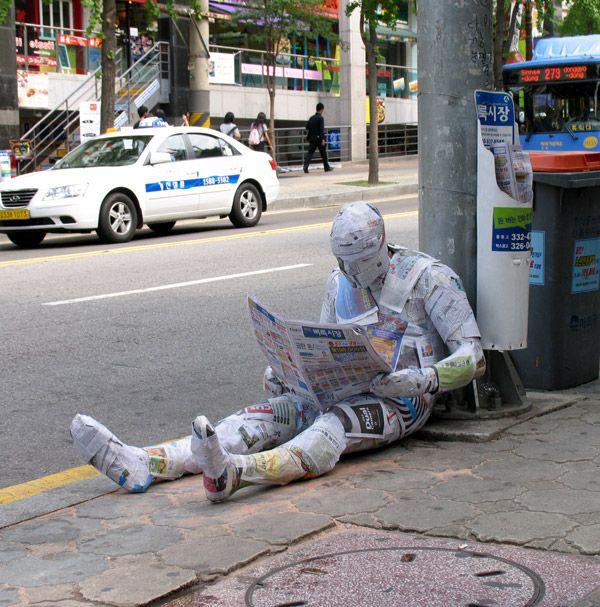 L'homme poubelle, la gouttière humaine... les sculptures scotchantes de Mark…