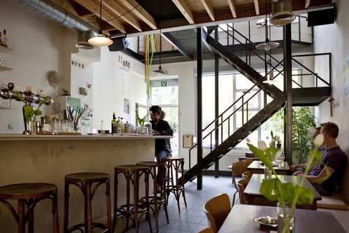 """Bar Leon in Borgerhout. Een bruisende oase in de buurt van """"de Peperbus"""""""