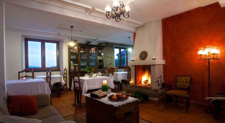 Casa Fontequeiroso es el el hotel rústico más occidental de Europa. Disfruta del calor del fuego en su salón comedor con chimenea y #SienteGalicia #CostaDaMorte #Galicia #GaliciaMáxica #Muxía