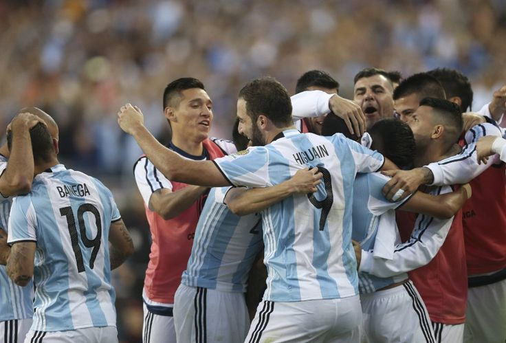 MMD334. SANTA CLARA (CA, EE.UU.), 06/06/2016.- Jugadores argentinos celebran después de anotar el segundo gol hoy, lunes 6 de junio de 2016, durante el partido entre Chile y Argentina por el grupo D de la Copa América, en el Levi's Stadium de Santa Clara, California (EE.UU.). EFE/David Fernández