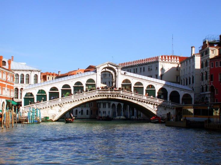 Wenecja to miasto magiczne. Pełne małych kanałów, inspirującej architektury i niesamowitych widoków sprawia, że można się wręcz w nim zadurzyć. Więcej o nim przeczytacie na http://soperlage.com/wenecja-romantyzm-i-kultura-wysoka/