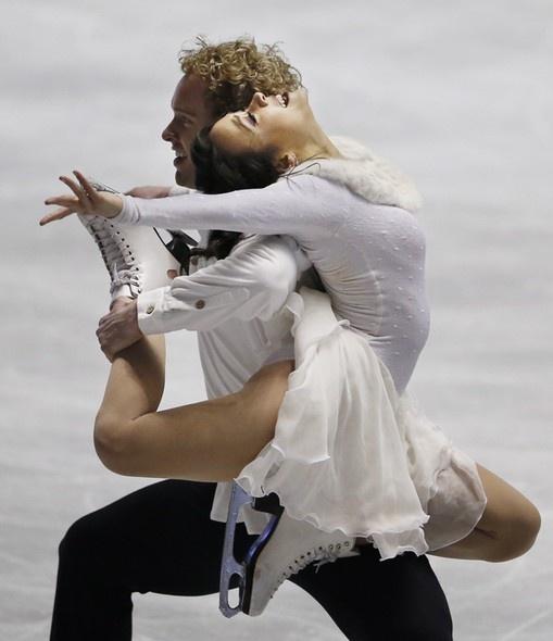 Imagem da dupla de patinadores americanos de gelo formada por Madison Chock e Evan Bates durante performance na competição ISU World Team Trophy, realizada em Tóquio, Japão -  (Foto: AP Photo/Koji Sasahara)