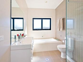 Frameless glass in a bathroom design from an Australian home - Bathroom Photo 521783