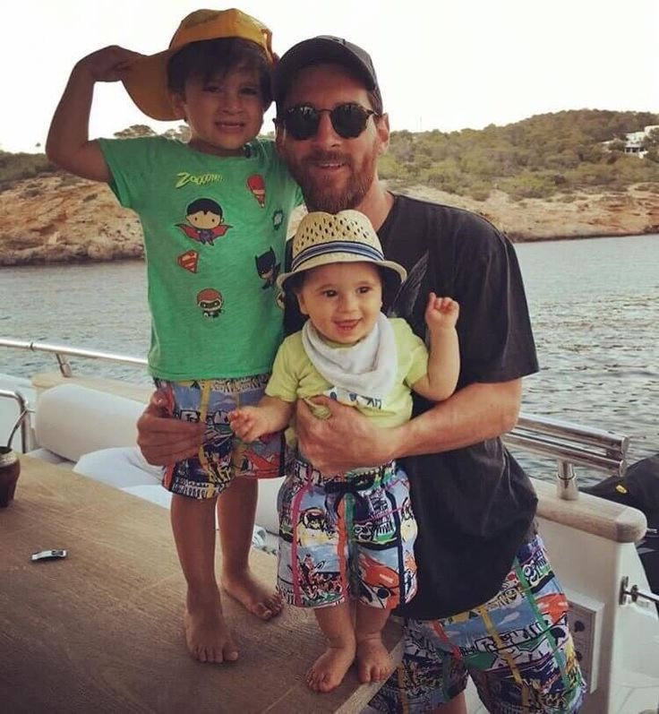 lionel messi with thiago messi and mateo messi , messi with family photos ,, soccer hd wallpapers