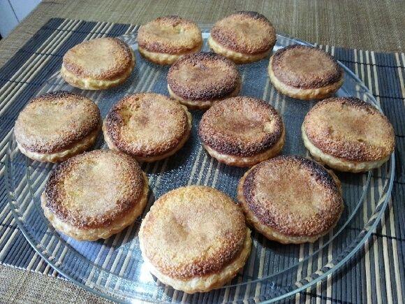 Ingrédients pour 2 gourmands - Préparation 30 mn - Cuisson 20 mn 1 - 1 pâte à tarte feuilletée (pour les plus courageux ou expert à faire soi même) 2 - 2 œufs 3 - 120 gr de sucre 4 - 60 gr d'amandes moulues 5 - 2 cuil. à soupe de crème fraîche 6 - 1 zeste...