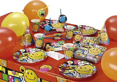 """""""Yaşım parti yapmaya uygun değil"""" demeyin; o devirler çoktan bitti! 3000 ürün çeşidiyle her yaş grubuna hitap eden PartiPaketi, bebek-çocuk-yetişkinler için ayrı temalar sunuyor. Kullan-at parti malzemeleriyle zorlanmadan her tip parti mekanını süsleyebilir ve şık eğlenceler düzenleyebilirsiniz."""