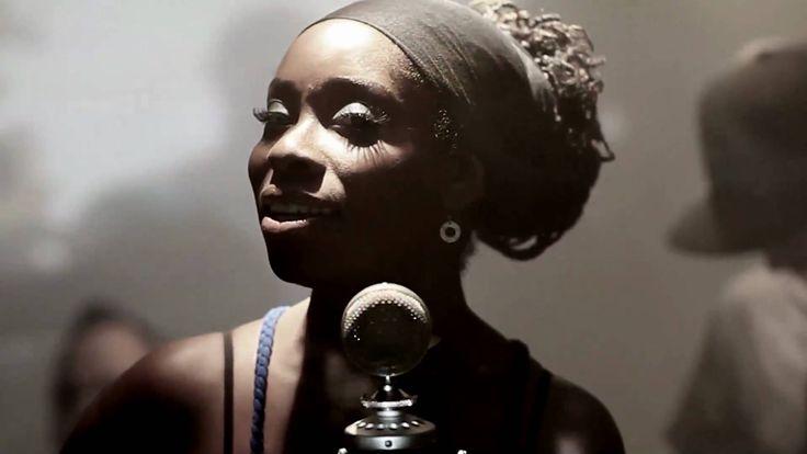 Simply Falling - Iyeoka -E para fechar a semana, nada melhor que uma boa música!  A dica de hoje é uma cantora americana de origem nigeriana, que é poeta, cantora, ativista e educadora. O nome dela é Iyeoka.  Com uma voz forte e sensual ela pode ser comparada com Lauryn Hill e também lembra muito a Amy. Sua música é uma mistura de Jazz, Soul, Funk e R&B.  Uma ótima pedida. A mulher é um arraso. Escutem!