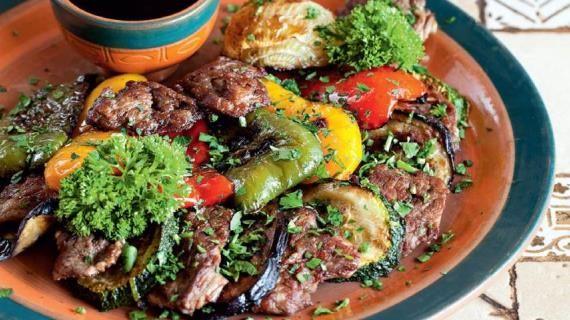Рецепты блюд с телятиной. Шницель из телятины, кебаб  из телятины, эскалоп из телятины  Телятина – мясо диетическое: оно нежирное и нежное. Из телятины можно приготовить множество вкуснейших блюд, применяя все известные способы обработки мяса: телятину можно варить, тушить, жарить на сковороде и на гриле или запекать. Из телятины готовят сочные ростбифы, нежнейшие эскалопы, аппетитные зразы... Она подходит для рагу, а также для запекания с различными овощами или пряными травами (розмарином