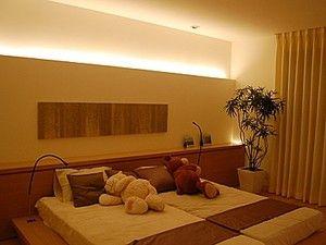 暖かい光で照明した主寝室