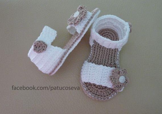 Sandalia de ganchillo hechos a mano con perle de alta calidad.Elige talla y colores!!!!Tallas: 0-3 meses (9 cm)3-6 meses (10 cm)6-9 meses (11 cm)9-12