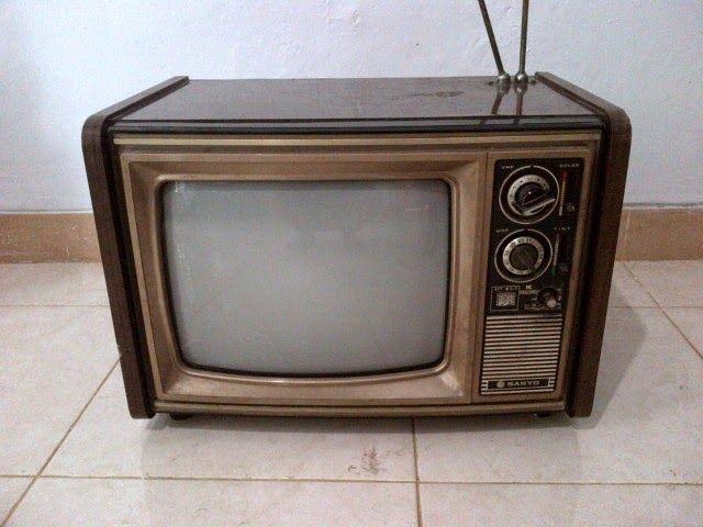 Televisi jadul mer Sanyo 14Inch, Bodi kayu, masih hidup, tapi sulit menerima gambar, hanya suaranya saja terdengar.