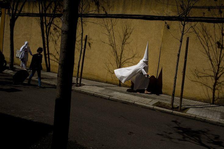 Siviglia, Spagna Due penitenti incappucciati della confraternita La Paz diretti a una processione della Settimana santa. La foto è stata scattata nella notte del 24 marzo. (AP Photo/Emilio Morenatti)