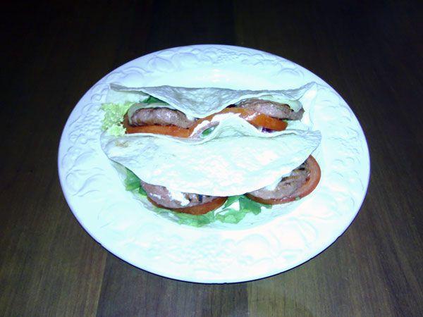 Cheeseburger-quesadillas Hamburguesa con queso, ensalada y mayonesa en tortilla de trigo. Fácil y riquísimo! #receta #recipe #burger #hamburguesa #quesadilla