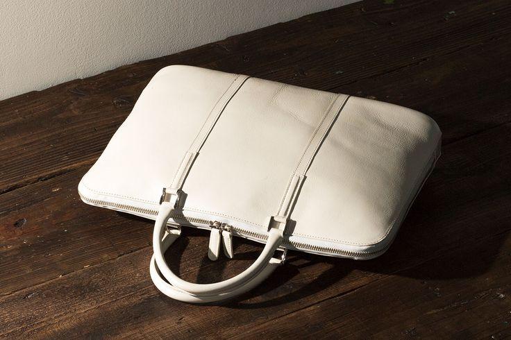 ビジネスマン・ビジネスウーマンに人気の革製品ブランドBusiness Leather Factory( ビジネスレザーファクトリー)の本革スリムビジネスバッグ。メンズ&レディース兼用タイプのスリムビジネスバッグです。男性・女性におすすめの本革レザー製バッグの紹介。
