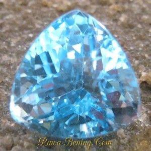 Batu Permata Elegant Sparkling Triangular Blue Topaz 12.90 carat