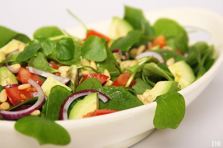 Winterpostelein salade met tomaat, avocado, pijnboompitjes + vinaigrette.
