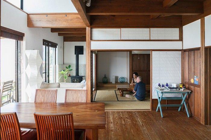 開放的なリビングダイニングと落ち着ける和室。どこにいても窓の外の海を眺められる。ダイニングの家具はBC工房のもの。