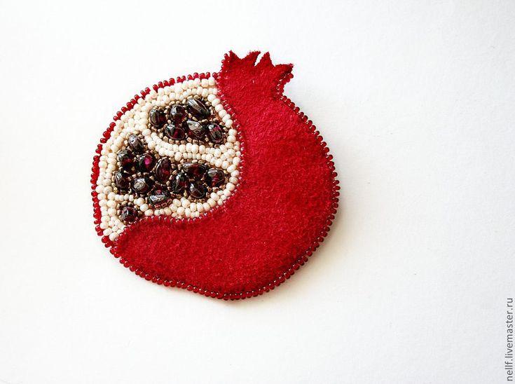 """Купить брошь """"Плод познания"""" - ярко-красный, гранат, брошь, замша, подарок на любой случай"""
