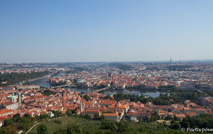Vue sur le Pont Charles depuis la Tour d'Observation de Petrin. Prague avec un enfant