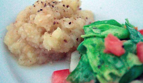 Blattsalat mit Tomaten und Fenchel dazu Püree aus Wurzelpetersilie, Zwiebel und Knoblauch mit einem hauch von Curry, Salz und Pfeffer