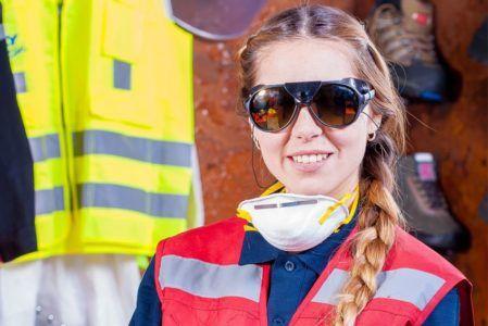 Sama maska to zbyt mało, by zapewnić pełne bezpieczeństwo osobom pracującym w tak trudnych warunkach, jak prace wykończeniowe. Pracodawca powinien dodatkowo zapewnić swoim pracownikom odpowiednią ilość przerw oraz zadbać w maksymalny sposób o czystość powietrza, którym zatrudniane osoby oddychają