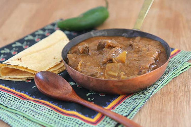 Carne Guisada slow cooker-----From Hilah's Mexican Mom in 3rd grade. Finally a slow cooker recipe that I really want to try.  Serve with slightly charred tortillas and a Mexican salad of fresh. Yum