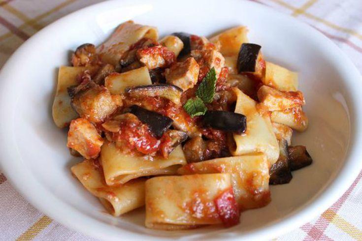 La calamarata melanzane e pesce spada è un primo piatto semplice e veloce da preparare e adatto ad ogni periodo dell'anno.