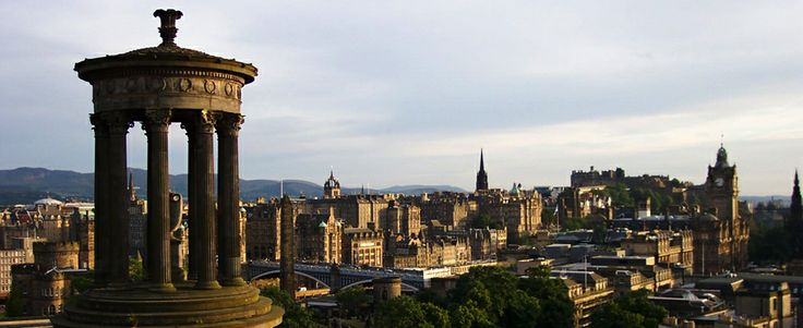 Vanuit Calton Hill heb je een prachtig uitzicht over de oude stad van Edinburgh.