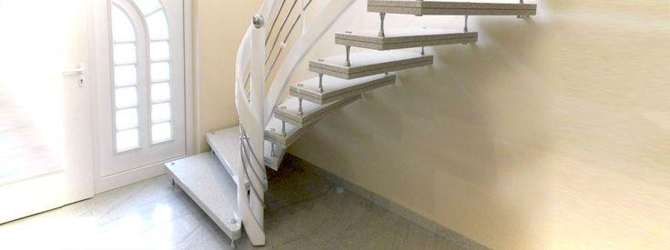 Freitragende Treppe aus Grabnit mit Edelstahlbolzen