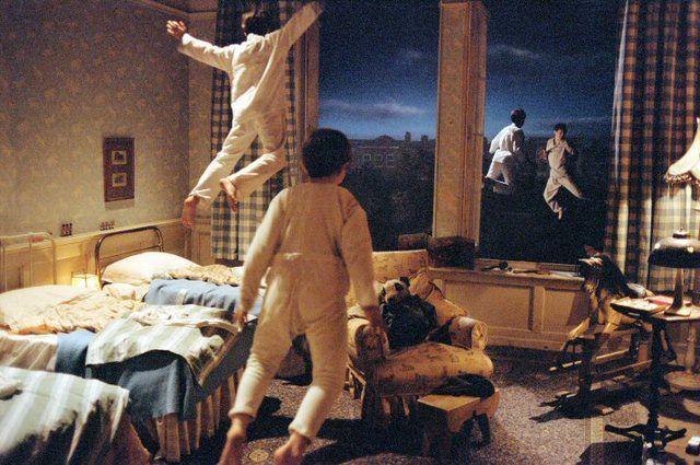 Quando il primo bambino rise, la sua risata si infranse in mille e mille piccoli pezzi, che si dispersero scintillando per tutto il mondo: così nacquero le fate.  Neverland - Un sogno per la vita              Un film di Marc Forster. Con Johnny Depp, Kate Winslet, Julie Christie, Dustin Hoffman, Nick Roud. (2004)
