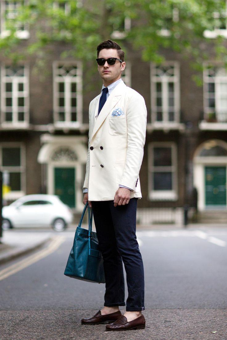 ホワイトダブルジャケット×ネイビーパンツのジャケパンスタイル