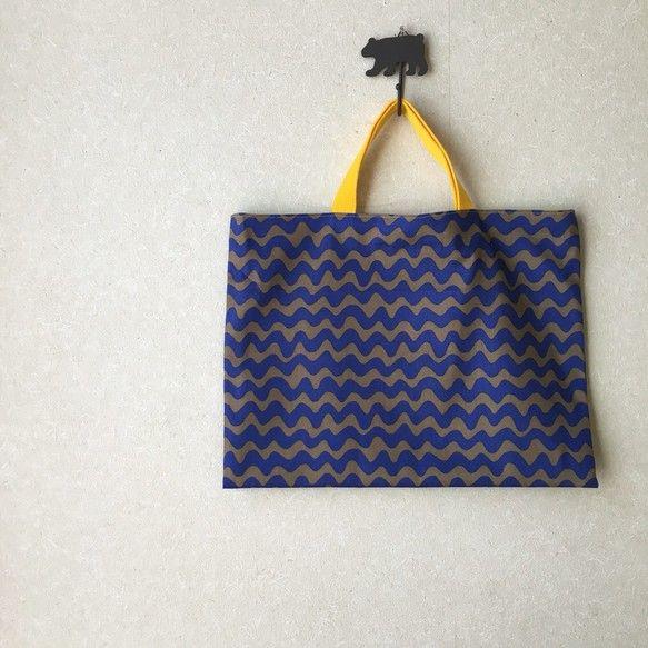 ご覧いただき、ありがとうございます。グレーとブルーのなみなみボーダー生地でレッスンバッグを作りました。内布はきみどりです。持ち手は黄色です。普段使いでも、習い事用でもいろいろな用途にお使いいただけます!サイズ:横40×縦30cm