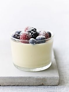 Imponér gæsterne med hvid chokolademousse med bær.