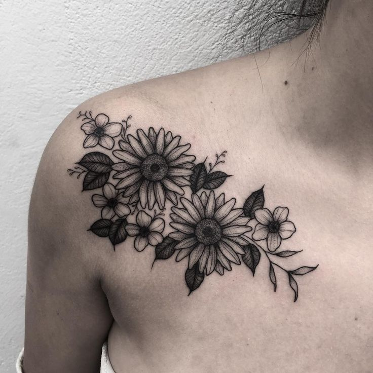 Tatuagem feita por Fabiano Junior de Barueri - SP.  Flores em blackwork no ombro.