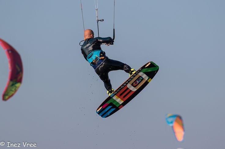 Blauwe lucht, goede wind…..het werd al aardig druk bij Schellinkhout rond 9 uur 's ochtends. De sfeer was relaxed, wat resulteerde in mooie acties en stoere poses. Op de Facebookpagina van 'Kitepaparazzi' of 'Foto's van Inez' staan meer foto's ;o)