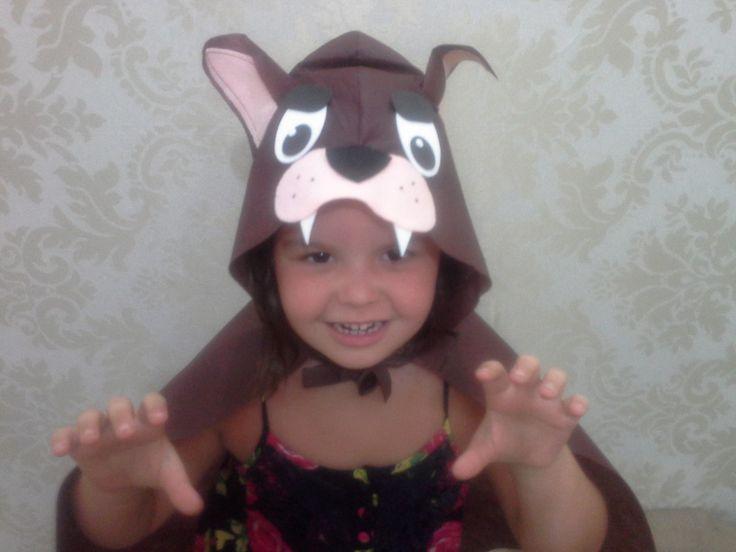 Capa lobo mau em tnt cor marrom com detalhes em feltro e eva. Para crianças de 2 a 7 anos.