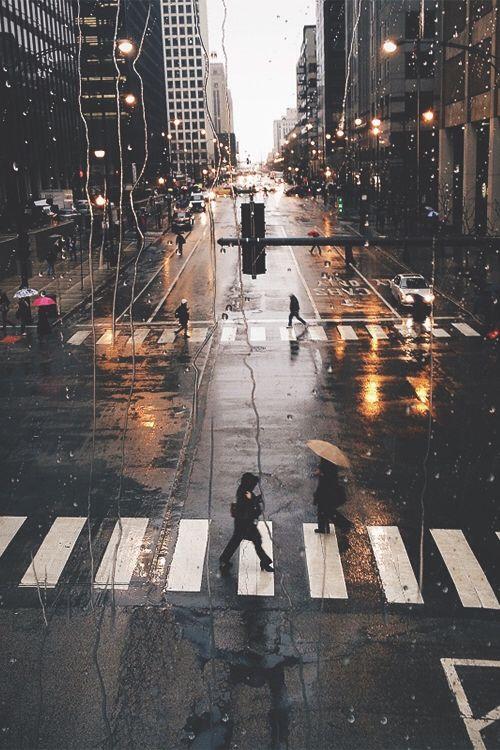 Paysage urbain, photographie d'une ville sous la pluie