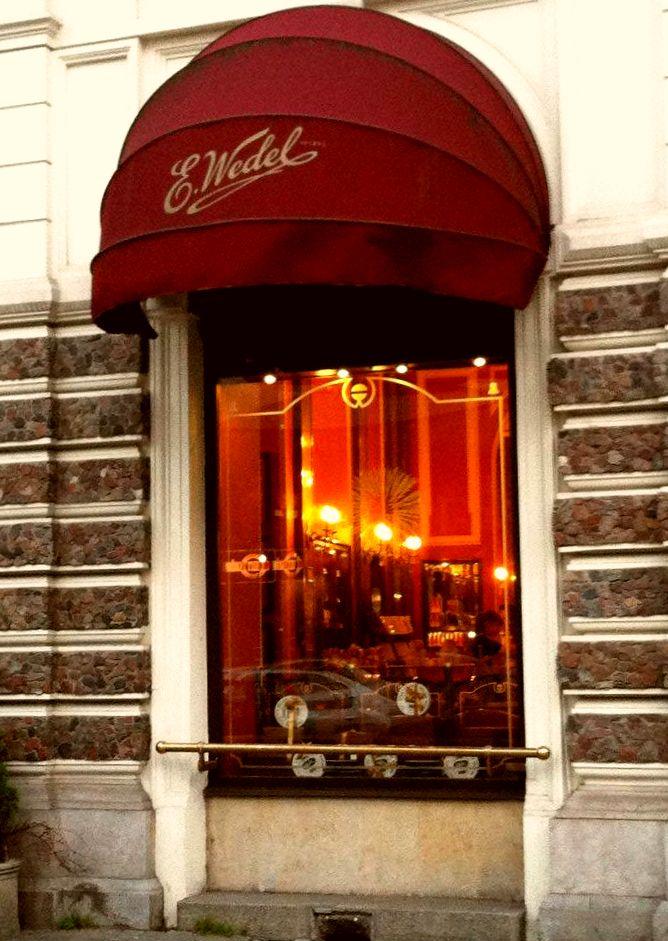 Uno de los locales de E. Wedel en Varsovia capital de Polonia, desde sus inicios se ha caracterizado por su diseño clásico que incita a los amantes del chocolate a relajarse y disfrutar de sus exquisitas recetas.