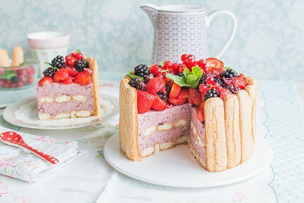 En la vídeo receta de esta semana os muestro cómo hacer una Charlotte cake o tarta Charlota. Es una tarta que combina mousse, frutas y bizcochos a la perfección. Es una tarta sencilla que no requiere