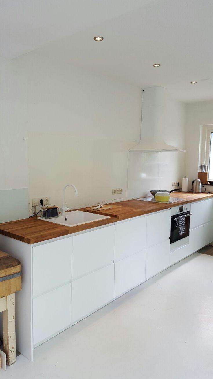 Ikea keuken Voxtorp met eiken houten werkblad.