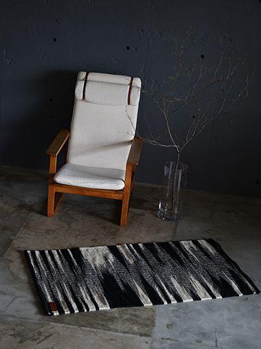 メキシコの伝統的なパターンからインスピレーションを受けたブラックとホワイトのモダンなラゴスデルムンドのラグは、職人の手織りです。持ち運びも可能です。ニューヨークスタイルのインテリアショップ ideot 。クラシカルかつモダンで洗練されたアイテムを提案します。