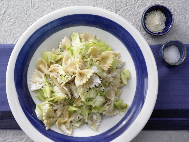 So schnell, so cremig, so lecker! Farfalle-Nudeln mit Spitzkohl - in cremiger Parmesansauce - smarter - Kalorien: 654 Kcal - Zeit: 15 Min. | eatsmarter.de