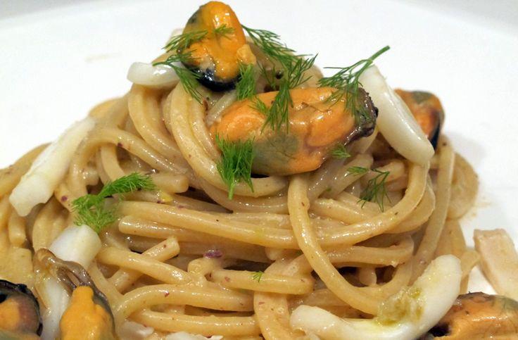 Ormai l'avrete capito, sono un'amante dei sapori della Sicilia e quando ho visto questa pasta in un menù di un ristorante del litorale romane l'ho subito voluta.Era buonissima e per questo...
